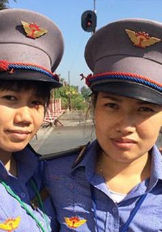 2 nhân viên gác chắn dũng cảm quên mình cứu cụ bà thoát chết trong gang tấc được nhận thư khen