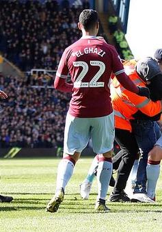 Hạng Nhất Anh: Cổ động viên quá khích vào sân đấm cầu thủ ngay trong trận đấu