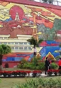 Bức tranh gốm màu khổng lồ ở Hạ Long
