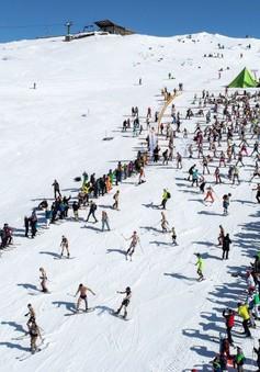 Mặc đồ bơi để… trượt tuyết