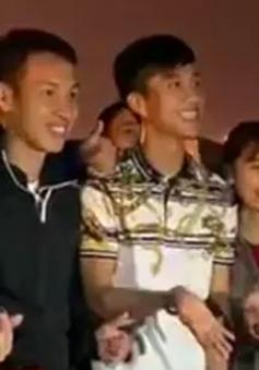 Sau trận U23 Việt Nam đại thắng U23 Thái Lan, 2 tuyển thủ Việt Nam xuống sân dọn rác