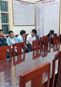 """Hà Nội: Xử lý 12 đối tượng chèo kéo khách đi taxi """"dù"""" ở sân bay Nội Bài"""