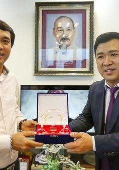 Nhà báo Phan Ngọc Tiến nhận kỷ niệm chương đặc biệt của Đài Truyền hình Chosun (Hàn Quốc)