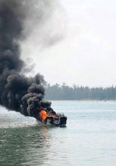 Tìm kiếm 2 người mất tích sau vụ nổ bình gas trên tàu cá