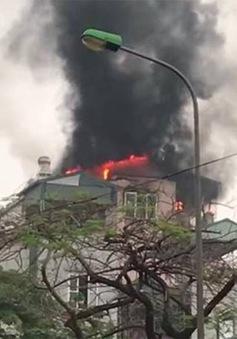Cứu 9 người dân thoát khỏi đám cháy trên phố Lạc Trung, Hà Nội