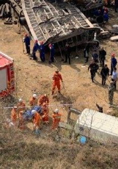 Tàu trật bánh đâm vào nhà dân, 6 người thiệt mạng