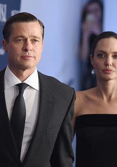 Angelina Jolie chính thức từ bỏ họ của Brad Pitt