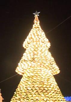 Độc đáo cây thông Noel bằng nón lá khổng lồ