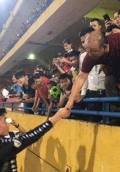 VIDEO: HLV Park Hang Seo chúc mừng Quang Hải, Văn Hậu, Đức Huy... sau chiến thắng trước CLB TP HCM