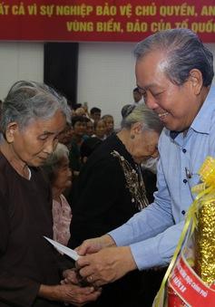Phó Thủ tướng Trương Hòa Bình thăm và tặng quà nhân dân vùng khó khăn