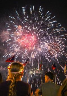 Pháo hoa rực sáng chào mừng 44 năm thống nhất đất nước