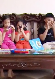 Trẻ có nguy cơ thoái hóa khớp khi nghiện thiết bị điện tử