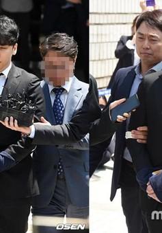 Seungri bị còng tay khi rời tòa