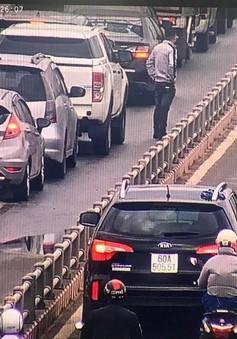 Ô tô tràn vào làn xe máy trên đường dẫn cao tốc