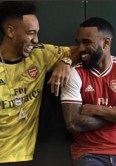 """Sao Arsenal hớn hở khoe áo đấu mới """"đẹp chưa từng thấy"""""""