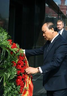 Thủ tướng Nguyễn Xuân Phúc đặt vòng hoa tại Đài tưởng niệm bên tường Điện Kremlin