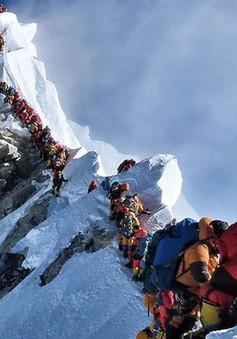 Xếp hàng chờ leo lên Everest, 2 người chết