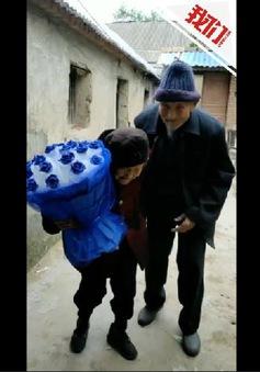 Ngưỡng mộ ông cụ 97 tuổi tặng hoa hồng cho vợ trong ngày lễ tình nhân