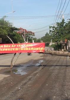 Dân lập rào cản vì bức xúc xe ben vào đường cấm ở Đồng Nai