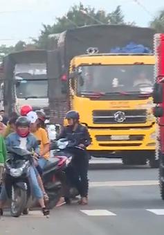 Họp chợ lấn chiếm hành lang quốc lộ 14 gây mất an toàn giao thông