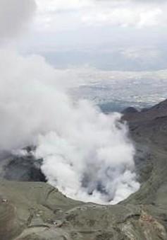 """Núi lửa Aso ở Nhật Bản """"thức giấc"""" với cột khói bụi cao 1.600m"""