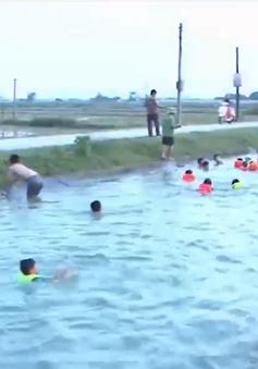 Dạy bơi cho trẻ em ngay trên dòng kênh