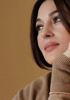"""Người đẹp không tuổi gợi cảm cả khi """"kín cổng cao tường"""""""