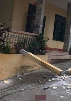 Cột bê tông tầng 2 rơi trúng nhóm học sinh đang chơi ở sân trường