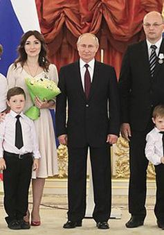 """Tổng thống Nga Putin trao Huân chương """"Vinh quang Cha mẹ"""" cho 8 gia đình đông con"""