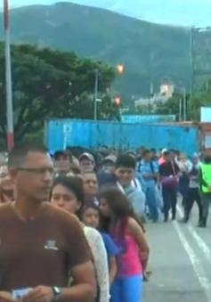 Người Venezuela tràn vào Colombia sau khi biên giới mở cửa