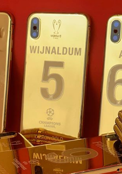 Mỗi cầu thủ Liverpool được tặng 1 chiếc iPhone X mạ vàng