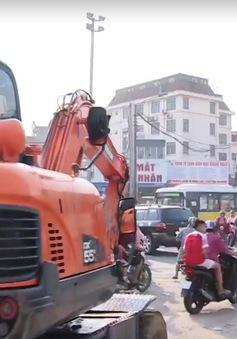 Lộn xộn giao thông tại ngã tư Phạm Văn Đồng, Hà Nội