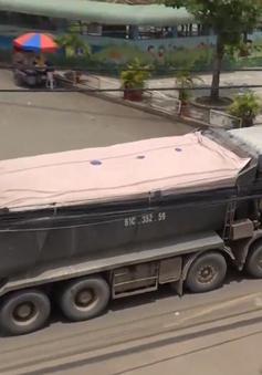 Xe tải trọng lớn hoành hành trên các trục đường cấm ở TP.HCM