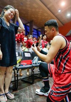 Cầu thủ Thang Long Warriors cầu hôn bạn gái ngay trên sân