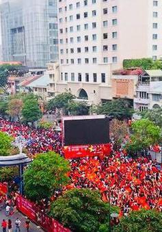 CĐV Việt Nam ở TP.HCM được xem King's Cup 2019 trên Phố đi bộ Nguyễn Huệ