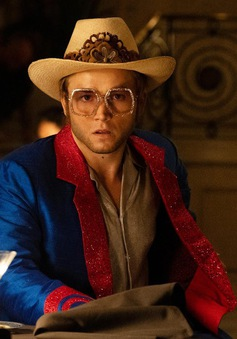 """""""Rocketman"""": Sự khác biệt giữa phim và đời thật của huyền thoại âm nhạc Elton John"""