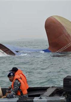 Indonesia chìm tàu chở hàng, 17 người mất tích