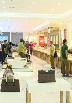 Bắt giữ khối lượng lớn hàng giả tại trung tâm thương mại ở Móng Cái