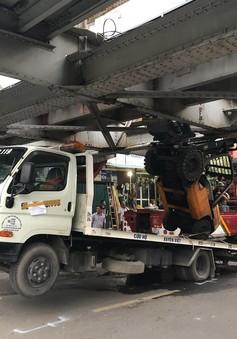 Xe cứu hộ mắc kẹt dưới gầm cầu Long Biên