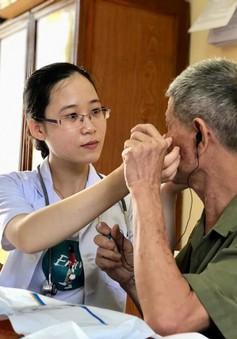 Khám, cấp phát thuốc miễn phí cho người cao tuổi tại Hà Nam