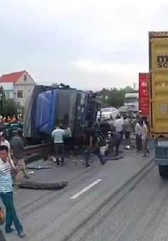 Hải Dương: Xe tải đổ vào đám đông vây quanh một vụ tai nạn, 6 người tử vong