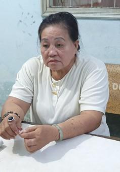Bắt quả tang cụ bà bán số đề, phát hiện nhiều dụng cụ sử dụng ma túy