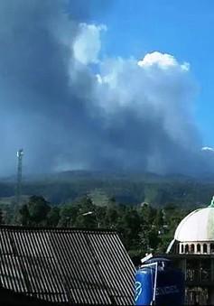 Núi lửa ở thành phố lớn thứ ba Indonesia thức giấc