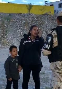 Người mẹ di cư khóc nức nở cầu xin lính Mexico cho vượt biên sang Mỹ