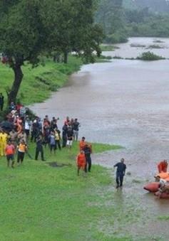 Ấn Độ giải cứu tàu chở khách mắc kẹt trong mưa lũ