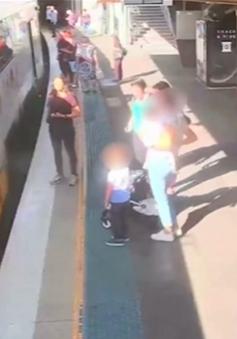 Cứu em bé rơi xuống khe sân ga