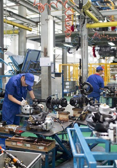 Sản lượng công nghiệp Trung Quốc tăng chậm nhất 17 năm