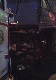 Thoát chết dù ô tô con bị tông bẹp dúm giữa 2 xe tải