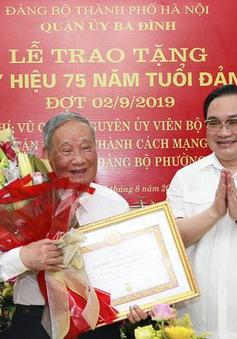 Bí thư Thành ủy Hà Nội trao tặng huy hiệu 75 năm tuổi Đảng cho đồng chí Vũ Oanh