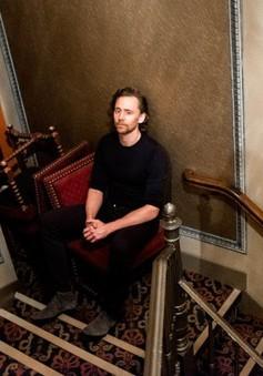 Trong khi Taylor Swift phơi phới bên tình mới, Tom Hiddleston ủ ê, mệt mỏi và lạnh lẽo